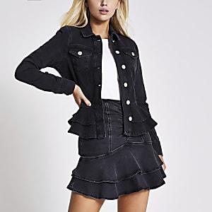 Taillierte Rüschenjeansjacke in Schwarz