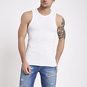 Wit aansluitend hemdje