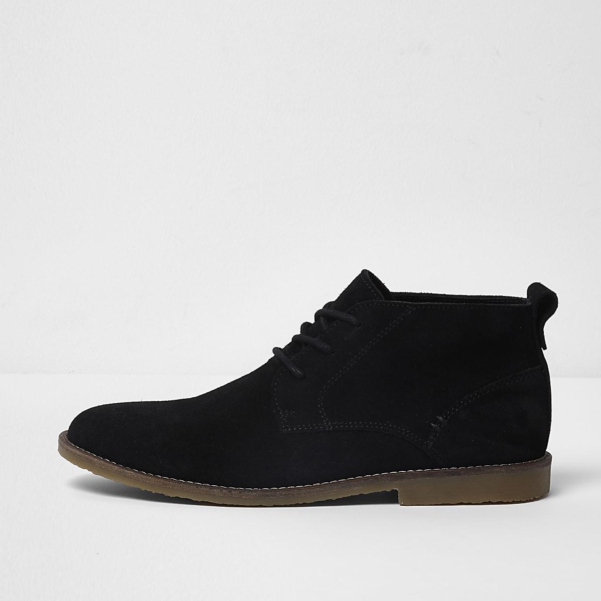d1372328574a23 Schwarze Chukka-Stiefel aus Wildleder Schwarze Chukka-Stiefel aus Wildleder  ...