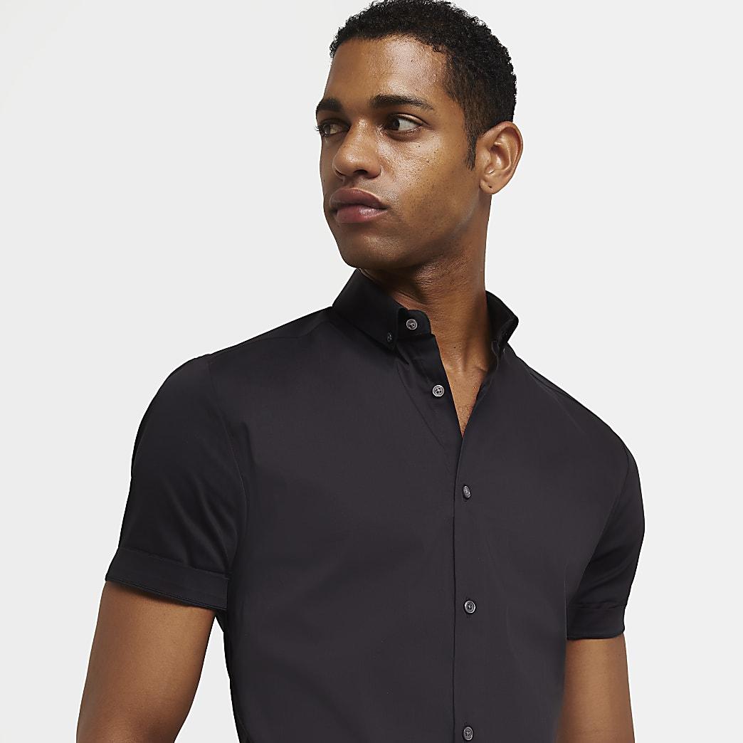 Chemise noire à manches courtes et coupe ajustée