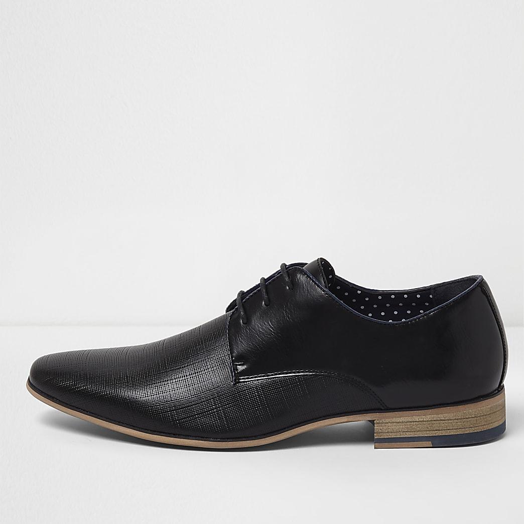 Zwarte nette veterschoenen met textuur