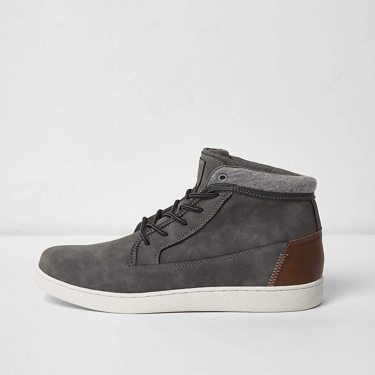 Graue, hohe Sneakers