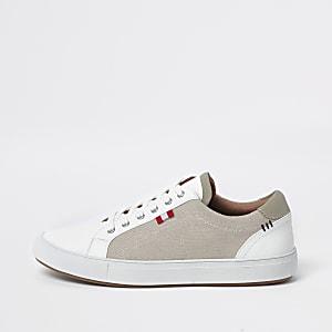 Crème sneakers met canvas opzij en vetersluiting
