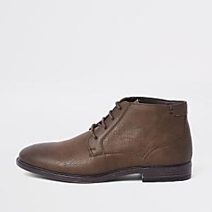 Dunkelbraune Chukka-Stiefel zum Schnüren