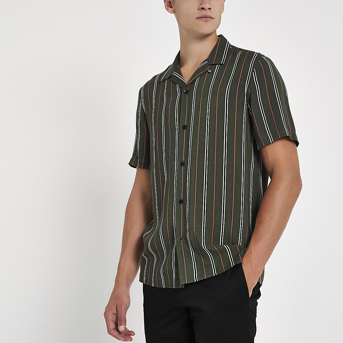 Chemise verte à rayures avec manches courtes et col à revers