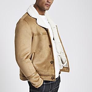 Veste en daim et peau de mouton marron boutonnée sur le devant