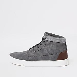 Graue Sneakers, weite Passform