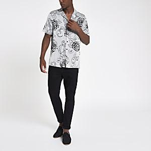 Chemise à fleurs grise avec col à revers