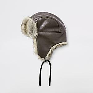 Braune Trappermütze aus Leder mit Kunstfell