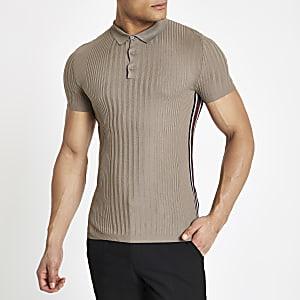 Hellbraunes, geripptes Poloshirt in Slim Fit mit Zierstreifen