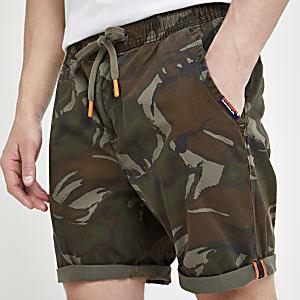 Superdry – Short motif camouflage kaki délavé par le soleil