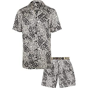 Witte satijnen pyjamaset met slangenleerprint