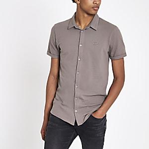 Kiezelkleurig aansluitend geborduurd overhemd