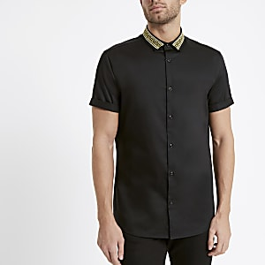 Zwart overhemd met goudkleurige borduursel op de kraag