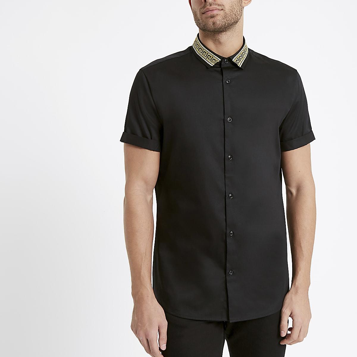 Chemise noire avec borderie dorée sur le col