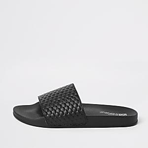 Zwarte slippers met geometrische textuur
