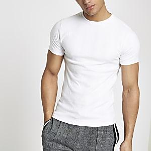 Aansluitend geribbeld wit T-shirt met borduursel