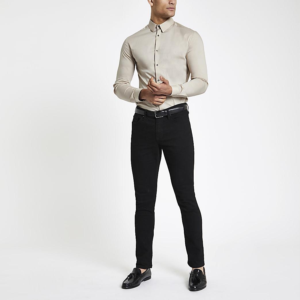 Kiezelkleurig aansluitend poplin overhemd met lange mouwen