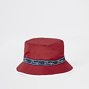 Rood hoedje met 'Prolific'-print op de bies