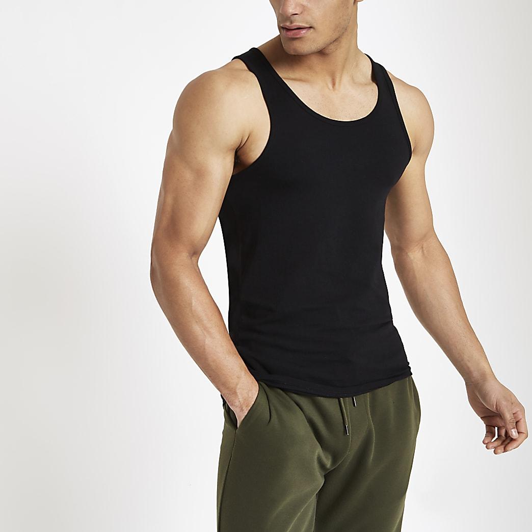 Zwart aansluitend hemdje met lage hals