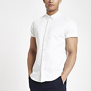 Wit aansluitend overhemd van keperstof met korte mouwen