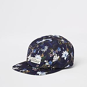 Blaue, geblümte Kappe