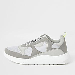 Baskets de running grises à semelle épaisse
