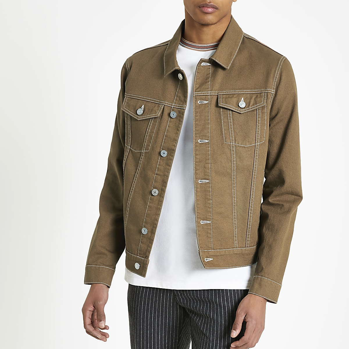Braune Jeansjacke mit Kontrastnähten