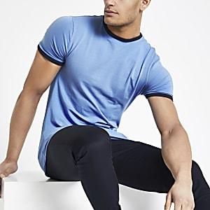 Blauw aansluitend T-shirt met contrasterend randje