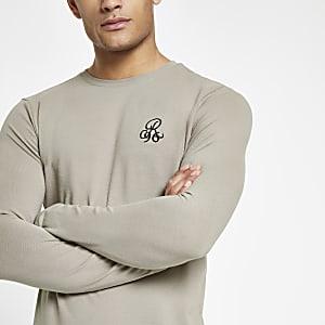 R96 - Kiezelkleurig aansluitend T-shirt met lange mouwen