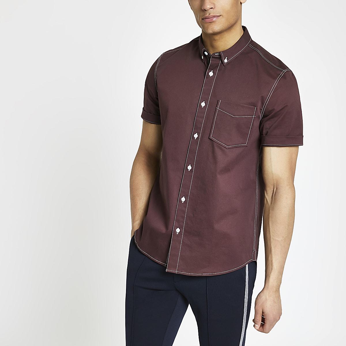 Chemise en sergé bordeaux à surpiqûres et manches courtes