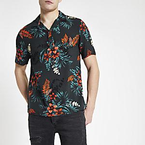Chemise à fleurs noire à manches courtes et trois boutons
