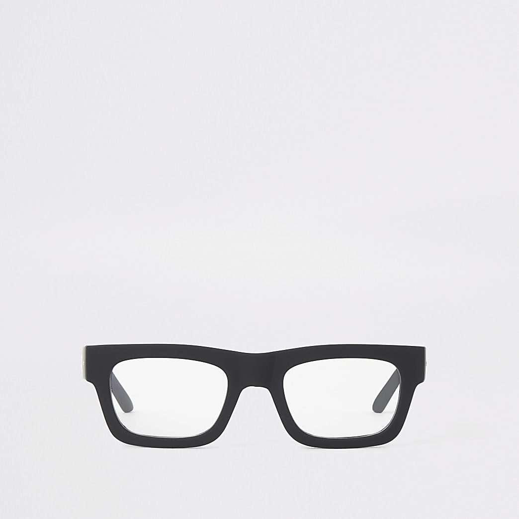 Bril met zwart stevig montuur en vierkante glazen