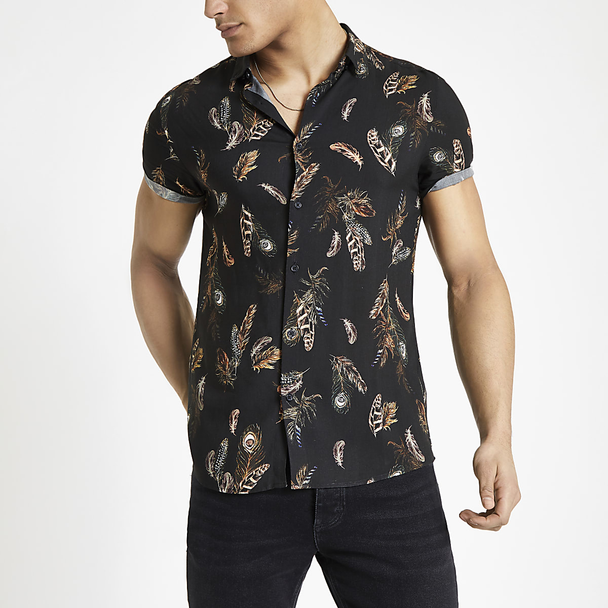 Zwart overhemd met korte mouwen en verenprint