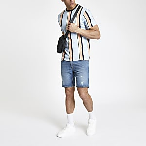 Hellblaues, gestreiftes T-Shirt