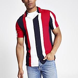 Rotes, kurzärmeliges Hemd mit Streifen