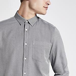 Hellgraues, langärmeliges Hemd mit Fischgrätmuster