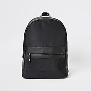 Schwarzer Rucksack mit Prolific-Streifen und Reißverschluss vorne