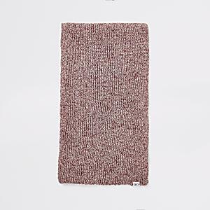 Rode gedraaid gebreide sjaal
