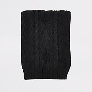 Schwarzer Schal mit Zopfstrickmuster