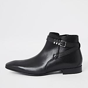 Schwarze Lederstiefel mit Schnalle und spitzer Zehenpartie