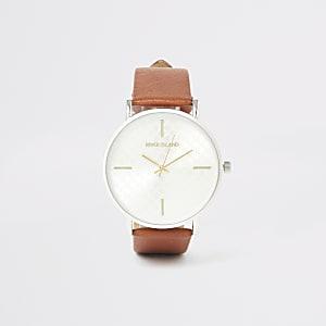 Bruin horloge met zilveren wijzerplaat en RI-logo