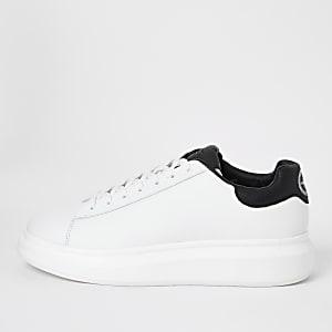 Baskets blanches à lacets et semelle épaisse