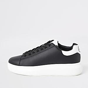 Zwarte sneakers met stevige zool en vetersluiting