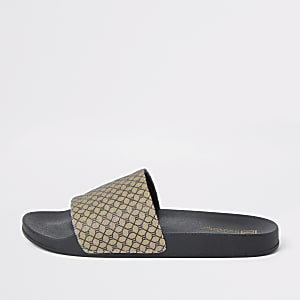 Bruine slippers met RI-monogram