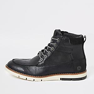 Schwarze Stiefel mit Schnürung und Kontrastsohle