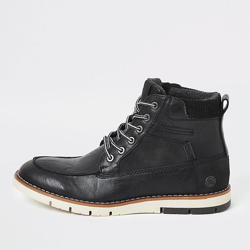 Zwarte laarzen met contrasterende zool en vetersluiting