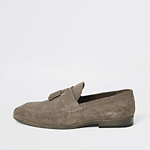 Steingraue, strukturierte Wildleder-Loafer mit Quaste vorne