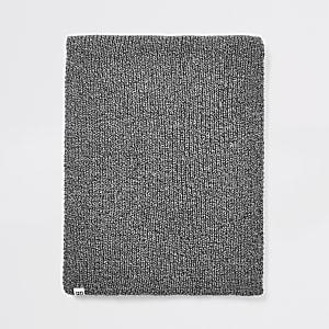 Grijze gedraaide gebreide sjaal