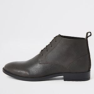 Dunkelbraune Chukka-Stiefel aus Leder in weiter Passform
